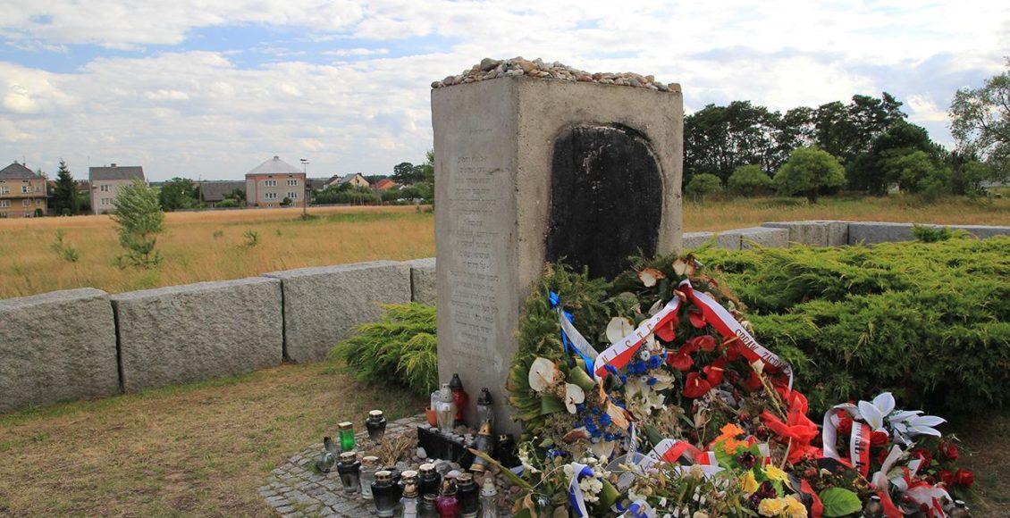 Pomnik pomordowanych Żydów w Jedwabnem / Fot. polskieszlaki.pl