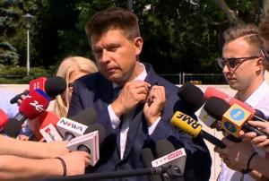 Ryszard Petru odpina znaczek Nowoczesnej/ fot. twitter