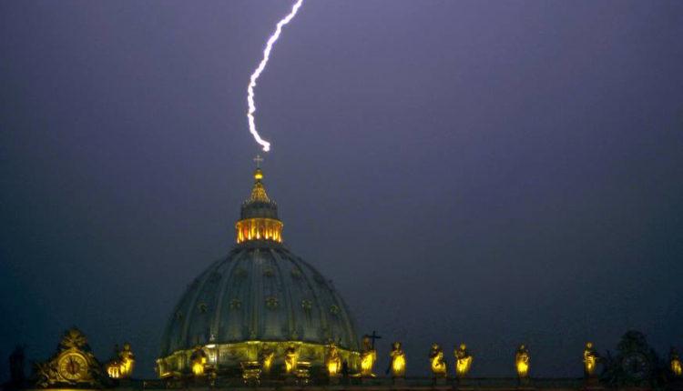 Po abdykacji Benedykta XVI piorun uderzył w krzyż Bazyliki Świętego Piotra / Fot. YouTube