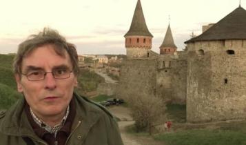 Dr Jan Przybył przed polskim zamkiem w Kamieńcu Podolskim / Fot. archiwum Jana Przybyła