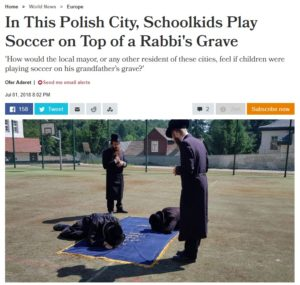 Żydzi modlą się na boisku szkolny w Kazimierzy Dolnym / Fot. zrzut ekrany z Haaretz.com