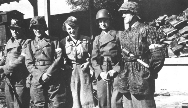 """żołnierze zgrupowania """"Radosław"""" na terenie magazynów na Stawkach/ fot. arch."""