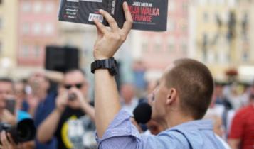 Jacek Międlar na wrocławskim rynku/ fot. twitter