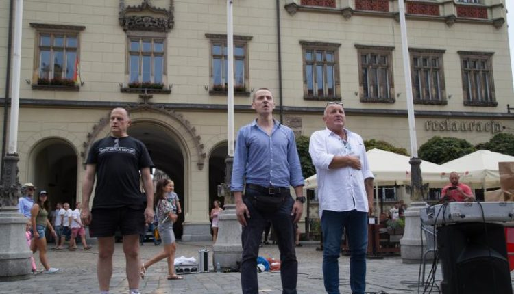 Jacek Międlar, Roman Zieliński i Piotr Rybak podczas manifestacji na wrocławskim Rynku - 4.08.2018 / Fot. Gazeta Wrocławska