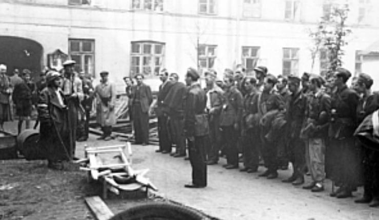 """zbiórka żołnierzy zgrupowania """"Chrobry II"""" przy ul. Twardej 40/ fot. arch."""