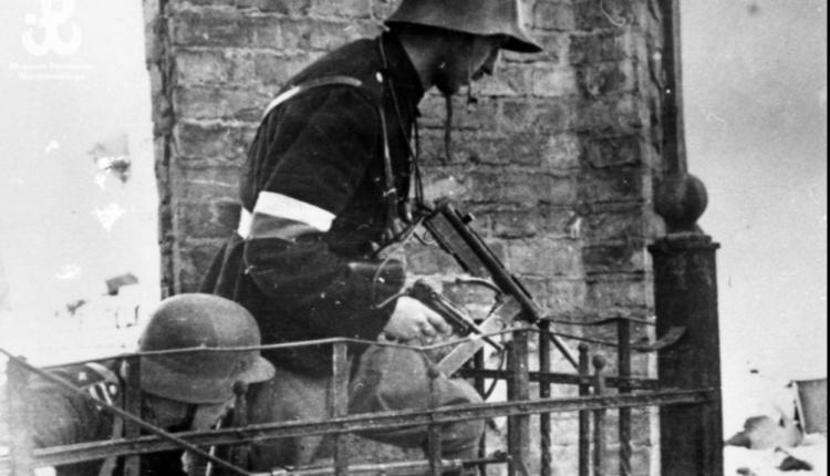 """żołnierze z plutonu NSZ """"Sikora"""" podczas natarcia w okolicach Sejmu przy ul. Wiejskiej/ fot. arch."""
