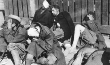 powstańcy i berlingowcy wzięci do niewoli na Czerniakowie/ fot. arch.