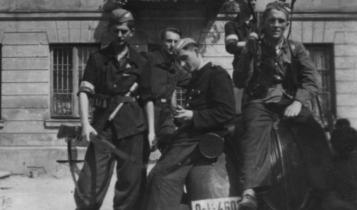 """powstańcy z batalionu """"Rum"""" na terenie posesji przy ul Zielnej/ fot. arch."""