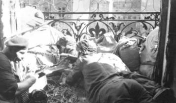 powstańcze stanowisko strzeleckie na balkonie w Alejach Jerozolimskich/ fot. arch.