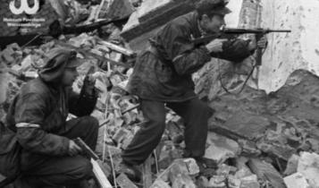 """powstańcy z batalionu """"Gustaw"""" na ul. Królewskiej w Śródmieściu/ fot. arch."""