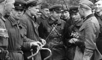 przyjacielskie spotkanie żołnierzy niemieckich i sowieckich 20 września 1939/ fot. arch.