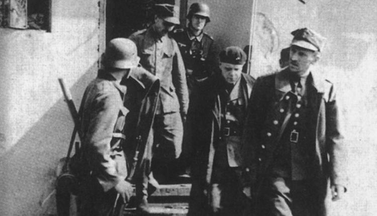 kpt. Franciszek Dąbrowski wychodzi do podpisania aktu kapitulacji Westerplatte/ fot. arch.