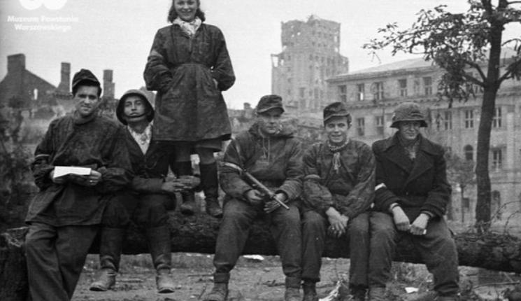 """powstańcy z batalionu """"Gustaw"""" w Śródmieściu 1-2 października 1944/ fot. arch."""