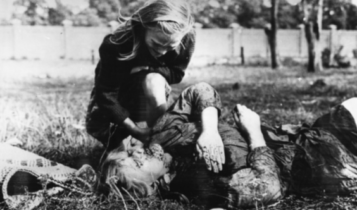 12-letnia Kazimiera Mika opłakuje swoją siostrę zabitą przez ogień maszynowy niemieckich samolotów w 1939r./ fot. Julien Bryan