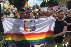Geje sprofanowali polskie godło - tzw. parada równości w Częstochowie, lipiec 2018 / Fot. Twitter