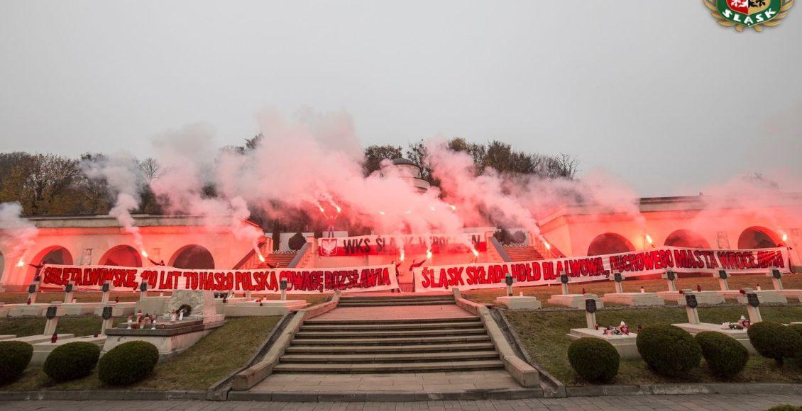 Kibice Śląska Wrocław na Cmentarzy Orląt Lwowskich, 4 listopada 2018 / Fot. Facebook-Wielki Śląsk