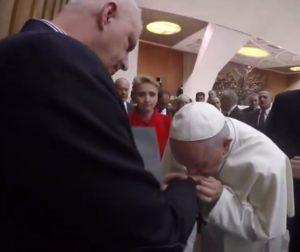 """Papież całuje w rękę prezesa antyklerykalnej organizacji """"Nie lękajcie się"""""""