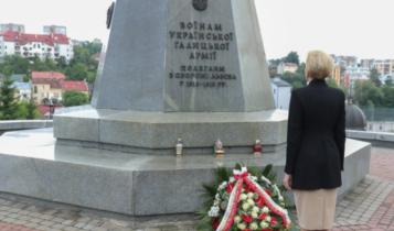 Agata Kornhauser-Duda pod pomnikeim Ukraińskiej Armii Galicyjskiej/ fot. prezydent.pl