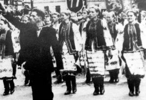 Uroczysta defilada przedstawicieli ludności ukraińskiej z okazji powołania dywizji SS-Galizien - Stanisławów 1943 r.