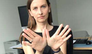 Sylwia Spurek z dłońmi w kształcie ptasich skrzydeł/ fot. Twitter Sylwia Spurek