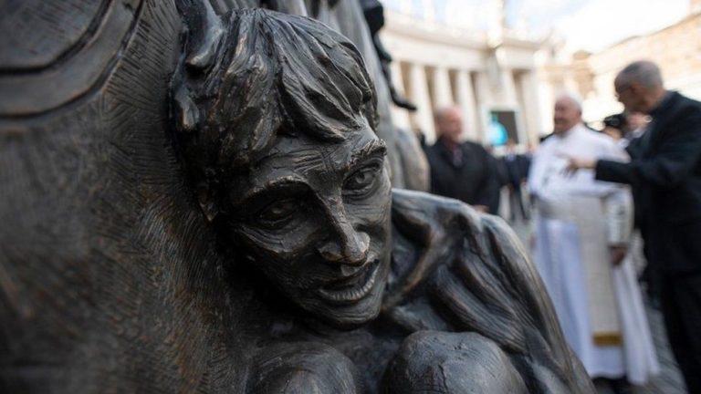 Pomnik ku czci uchodźców odsłonięty przez p. Franciszka / Fot. BBC