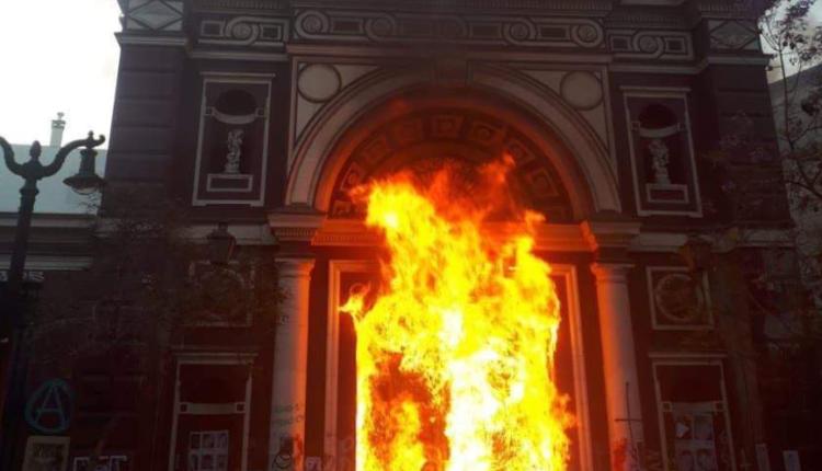 kościół w Chile podpalony przez lewackie bojówki/ fot. Twitter