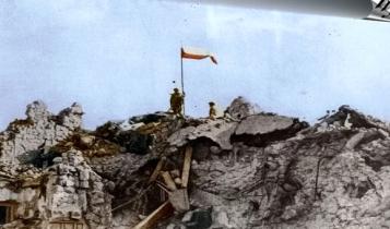 biało-czerwona flaga na ruinach klasztoru Monte Cassino zdobytego przez polskich żołnierzy/ fot. arch. koloryzowane