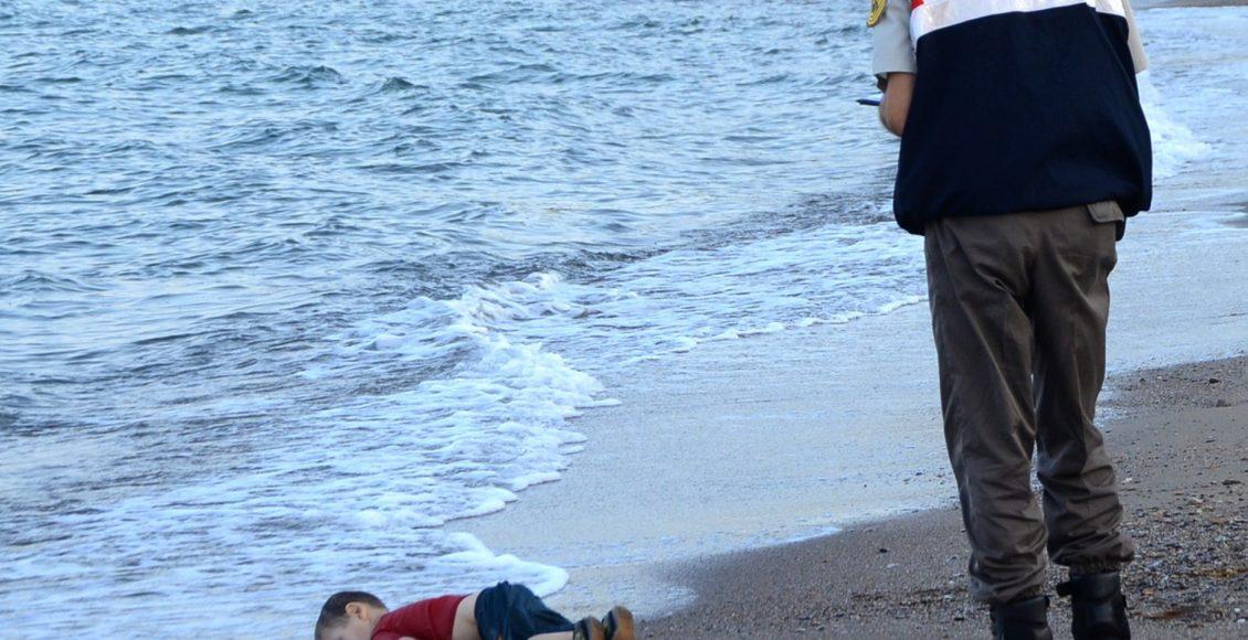 Zdjęcie małego A. Kurdiego, wyrzuconego na plażę w Turcji, wywołał w 2015 r. troskę o syryjskich uchodźców. / Fot. Dogan News Agencyia Agence France-Presse - Getty Images