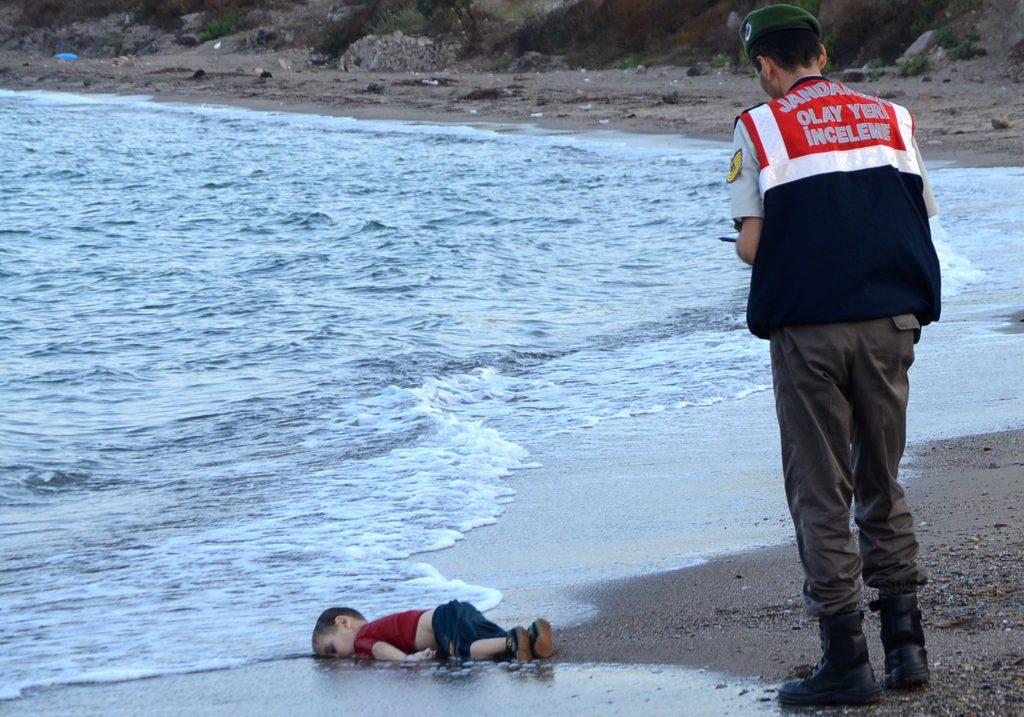 Ten obraz małego ciała Alana Kurdiego, wyrzuconego na plażę w Turcji, wywołał w 2015 r. Troskę o syryjskich uchodźców. Credit ...Nilufer Demir / Dogan News Agencyia Agence France-Presse - Getty Images