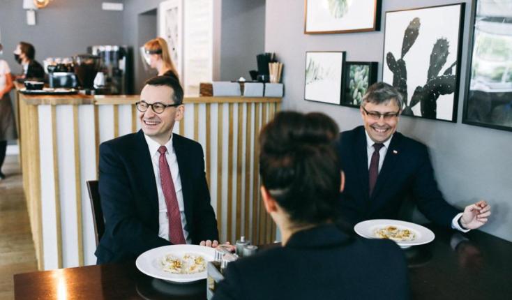 premier Morawiecki w gliwickiej restauracji/ fot. Twitter