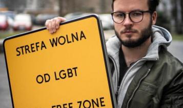 """Bart Staszewski z tablicą """"Strefa Wolna od LGBT""""/ fot. Facebook/Bart Staszewski"""