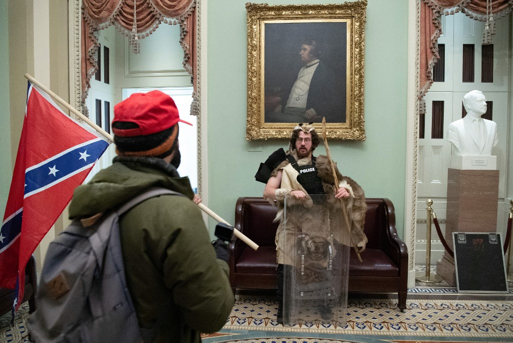 Aaron Mostofsky ubrany w futro i policyjną kamizelkę / Fot. Twitter