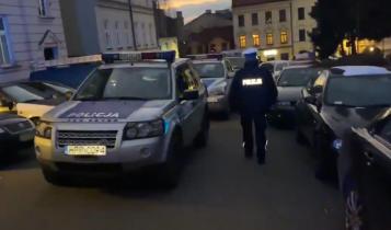 """policja przed restauracją """"U Trzech Braci""""/ fot. screen"""