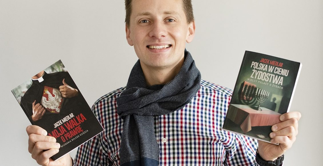 Jacek Międlar ze swoimi dwiema książkami